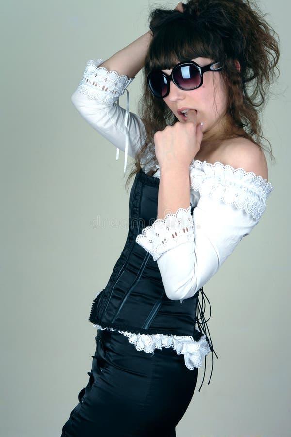 Jonge vrouw in sunglass stock foto's