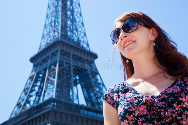 Jonge vrouw tegen de Toren van Eiffel, Parijs, Frankrijk royalty-vrije stock afbeelding