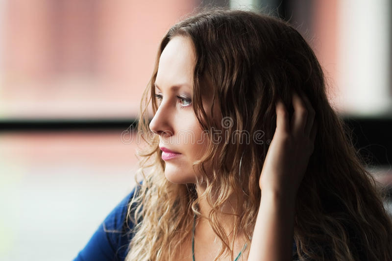 Jonge vrouw tegen een venster. royalty-vrije stock fotografie