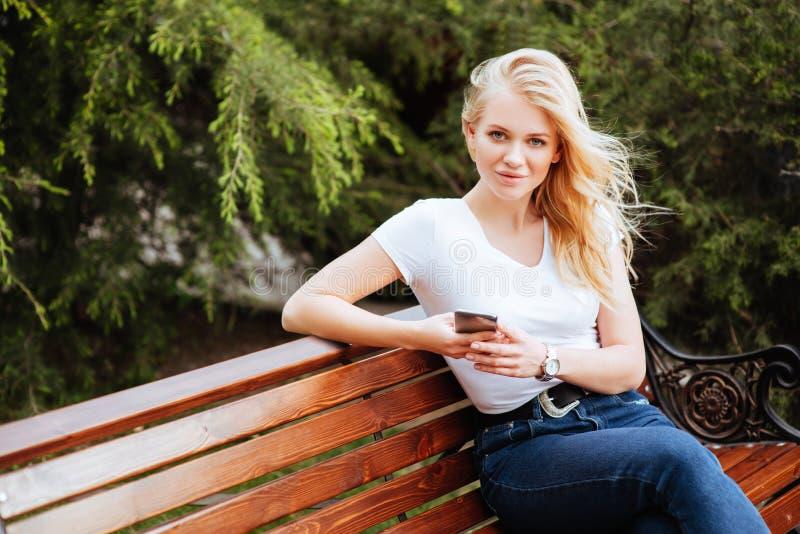 Jonge vrouw, tegen groene achtergrond royalty-vrije stock afbeelding