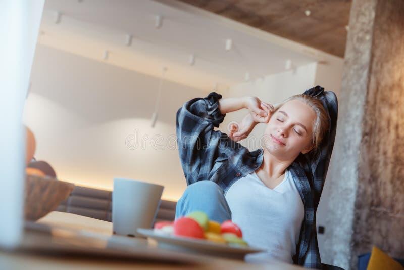 Jonge vrouw thuis in de keuken het drinken slaperige koffie royalty-vrije stock fotografie