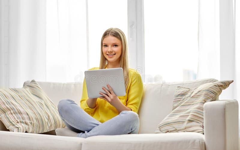Jonge vrouw of tiener met tabletpc thuis royalty-vrije stock foto's