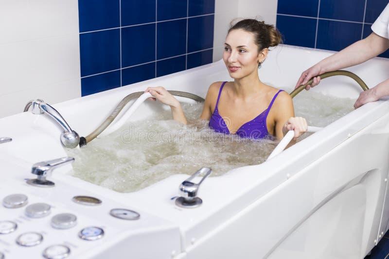 Jonge vrouw tijdens hydromassage royalty-vrije stock fotografie