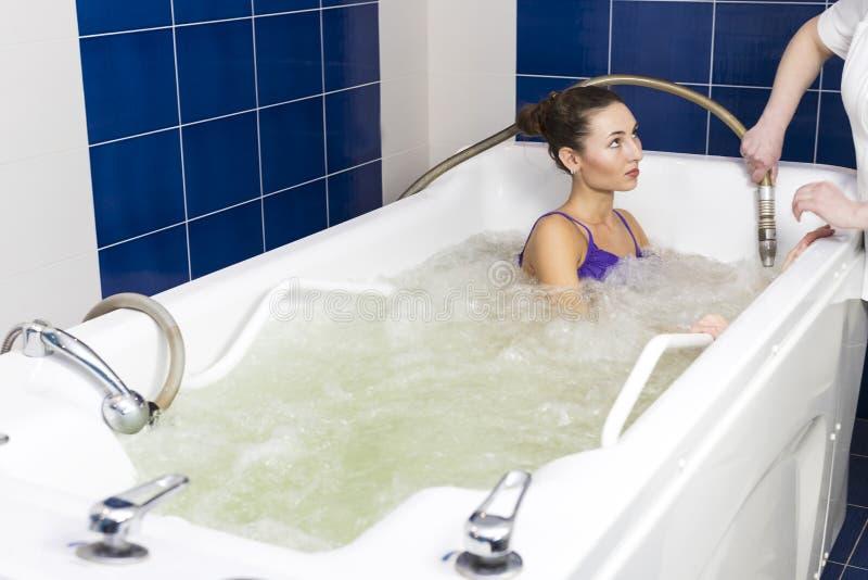 Jonge vrouw tijdens hydromassage royalty-vrije stock afbeeldingen