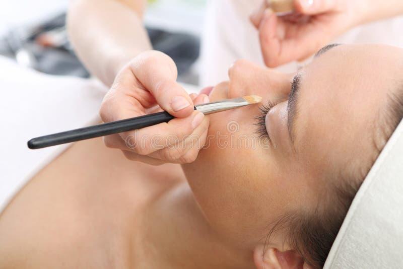 Jonge vrouw tijdens make-up stock fotografie