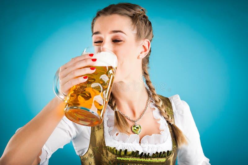Jonge vrouw in traditioneel kleren en bier royalty-vrije stock foto