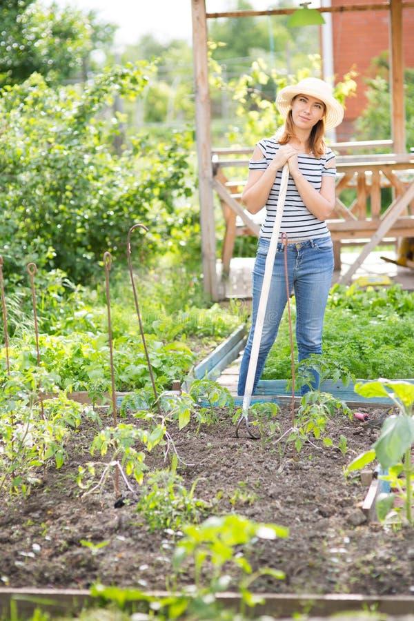 Jonge vrouw in tuin royalty-vrije stock foto's