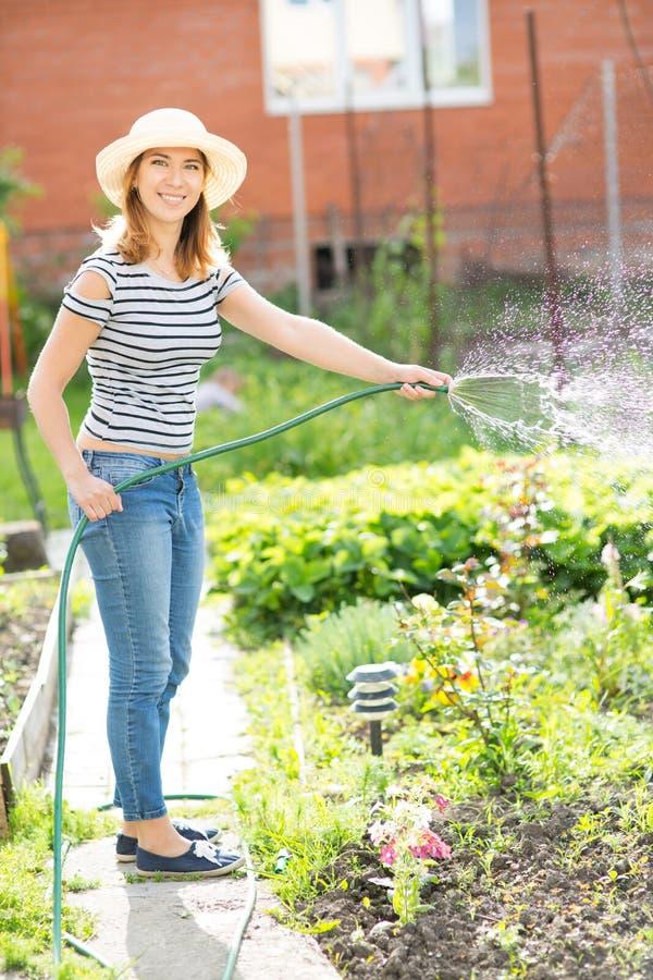 Jonge vrouw in tuin royalty-vrije stock fotografie