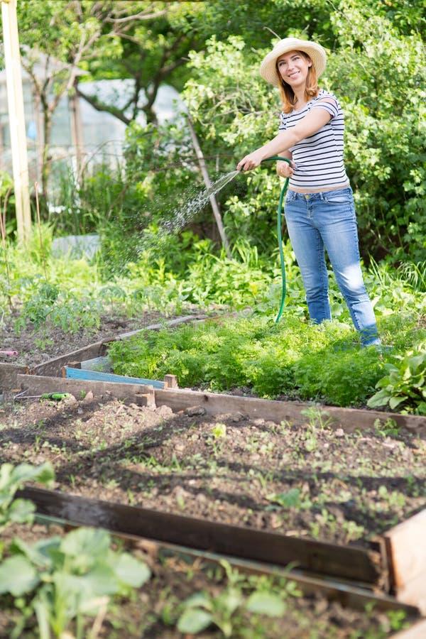 Jonge vrouw in tuin royalty-vrije stock afbeelding