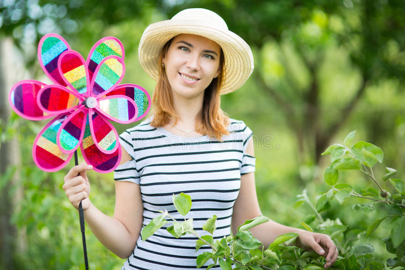 Jonge vrouw in tuin stock fotografie