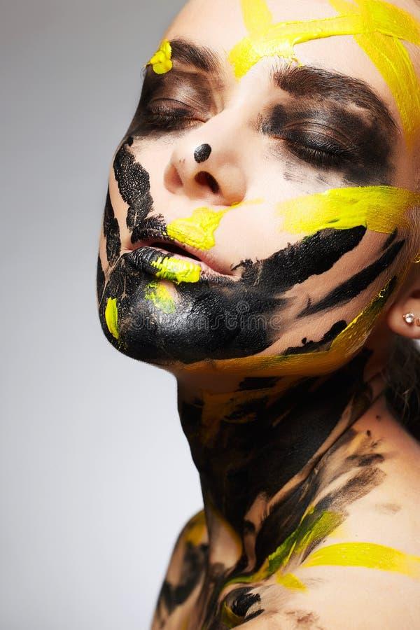 Jonge vrouw in verf mooi gezicht en Lichaam royalty-vrije stock afbeeldingen