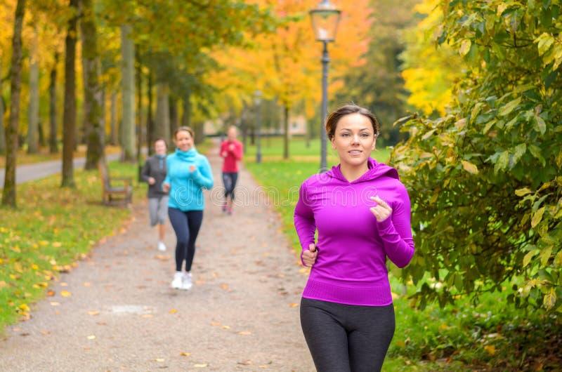 Jonge vrouw vier die uit samen in een park lopen royalty-vrije stock afbeeldingen