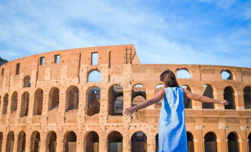 Jonge vrouw voor colosseum in Rome, Italië stock afbeelding