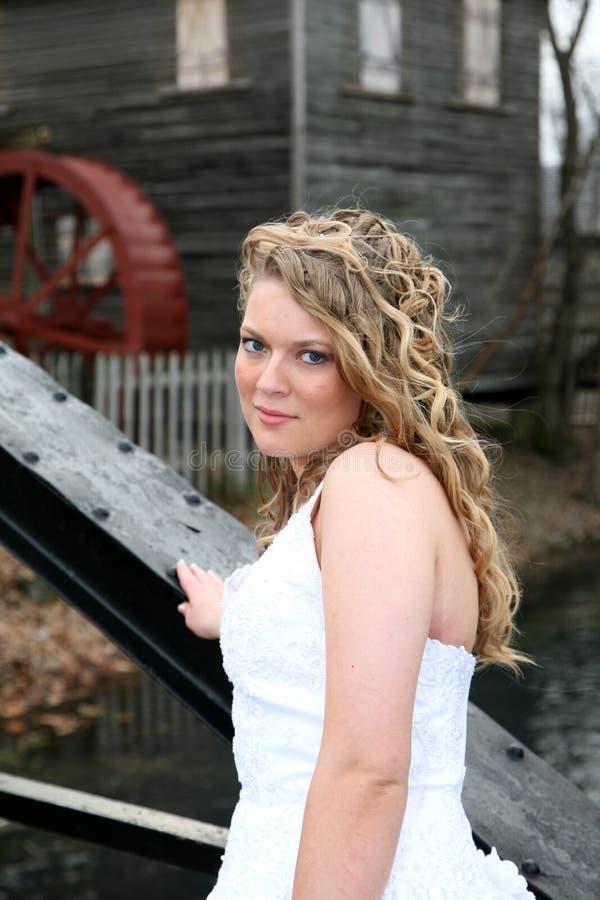 Jonge vrouw voor een maalkorenmolen royalty-vrije stock fotografie