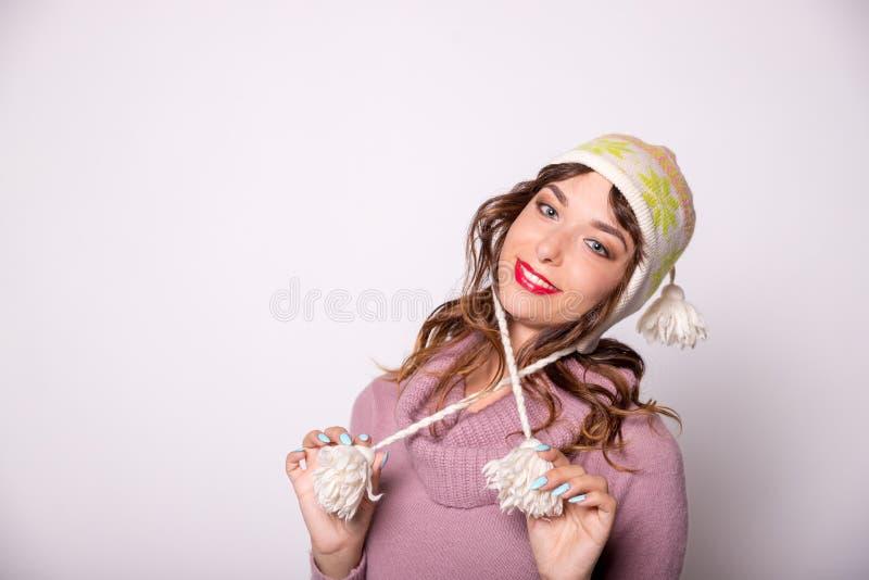 Jonge vrouw in warme kleding op witte achtergrond Klaar voor de wintervakantie de winteruitrusting, warme sweatersjaal en warm royalty-vrije stock foto's