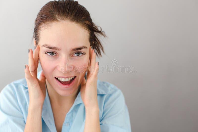 Jonge vrouw wat betreft wangen zelf-massage royalty-vrije stock afbeelding