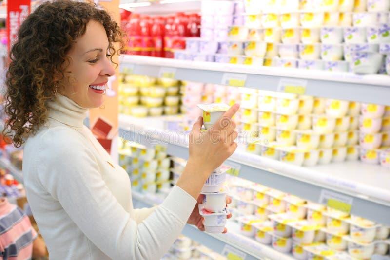 Jonge vrouw in winkel
