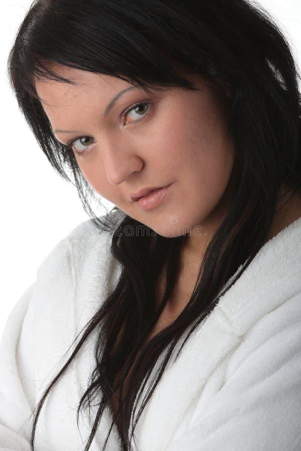 Jonge vrouw in witte badkuip royalty-vrije stock fotografie