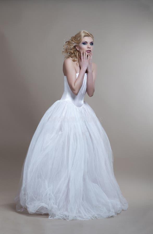 Jonge vrouw in witte huwelijkskleding royalty-vrije stock afbeeldingen