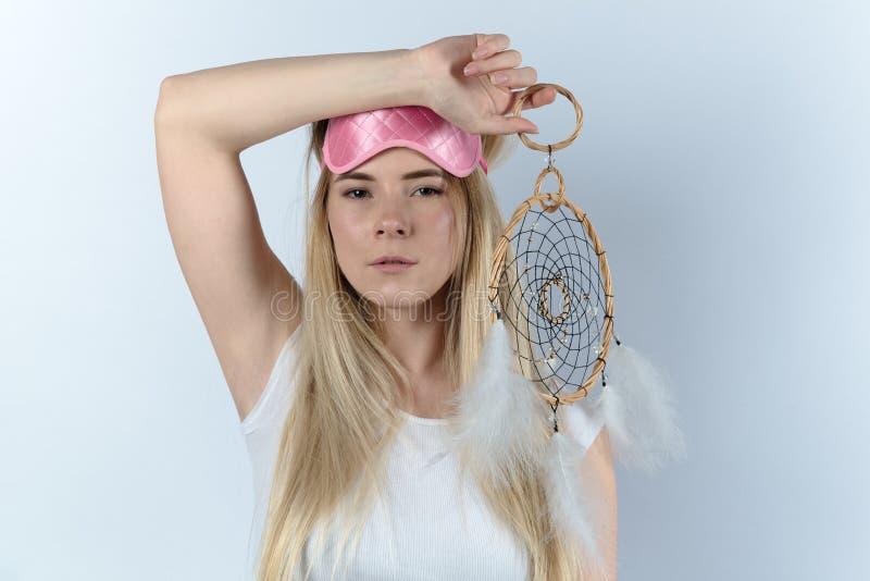 Jonge vrouw in witte overhemds gaande slaap in een een slaapmasker en droom royalty-vrije stock afbeeldingen