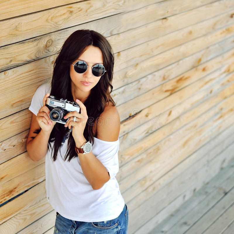 In jonge vrouw in zonnebril met oude camera openlucht royalty-vrije stock foto
