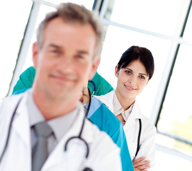 Jonge vrouwelijke arts die bij de camera glimlacht stock afbeelding