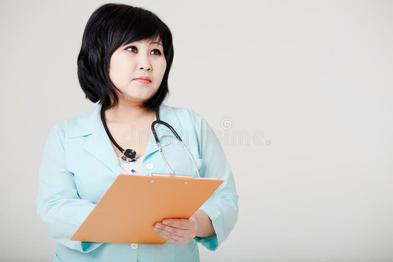 Jonge vrouwelijke Aziatische arts met stethoscoop stock foto's