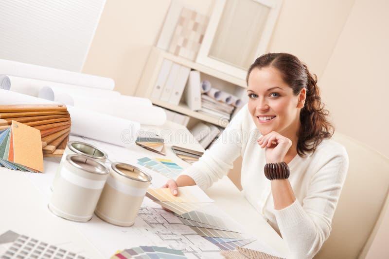 Jonge vrouwelijke binnenlandse ontwerper op kantoor royalty-vrije stock fotografie