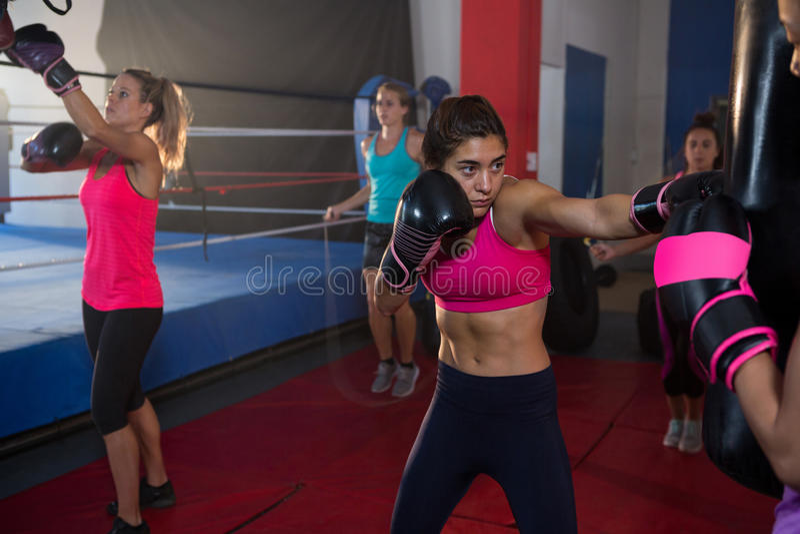 Jonge vrouwelijke boksers die het in dozen doen uitoefenen door ring royalty-vrije stock fotografie