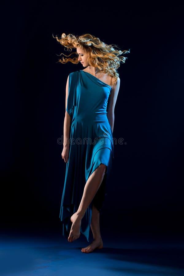 jonge vrouwelijke danser in turkooise toga stock fotografie