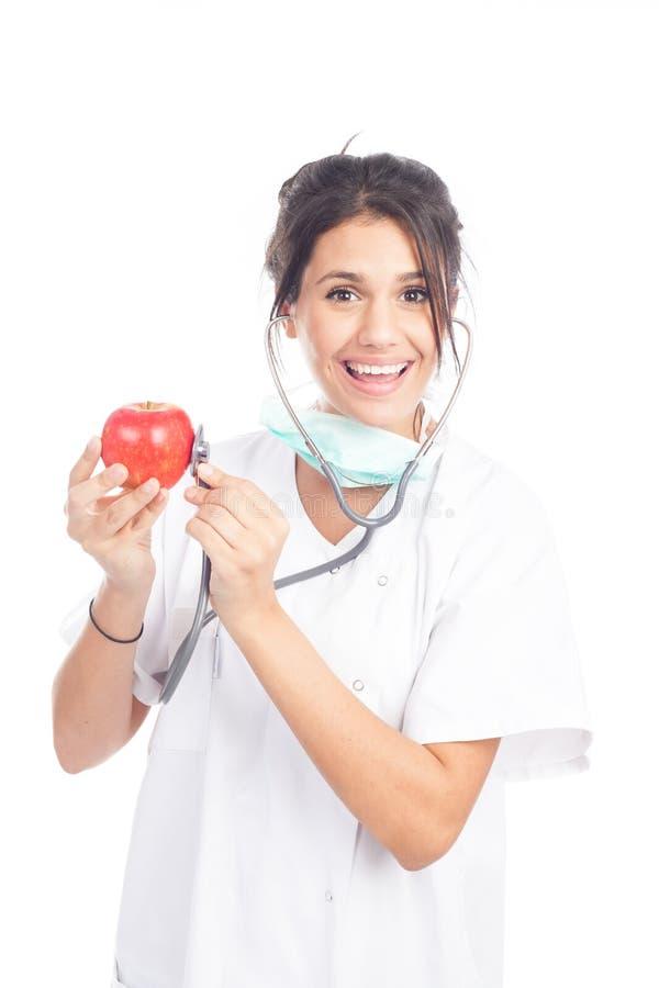 Jonge vrouwelijke dokter zwaait een rode appel royalty-vrije stock afbeeldingen