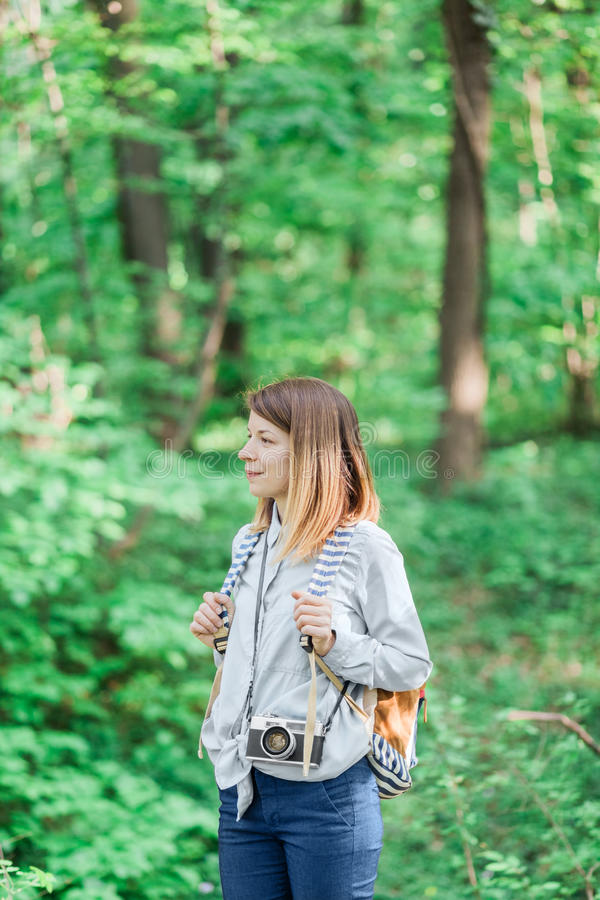Jonge vrouwelijke fotograaf in het bos royalty-vrije stock afbeelding