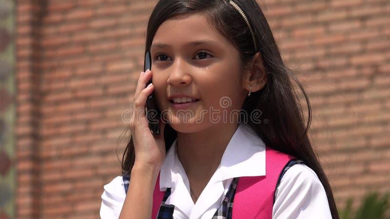 Jonge Vrouwelijke Gebruikende Celtelefoon en Gelukkig royalty-vrije stock foto