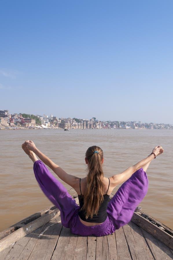 Jonge vrouwelijke het praktizeren konasana van Upavishta van de yogahouding stock fotografie
