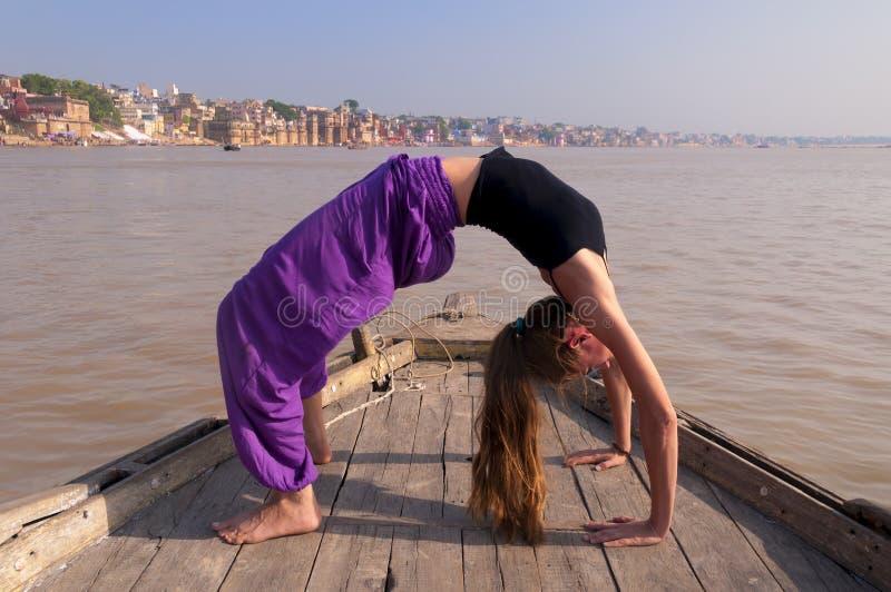 Jonge vrouwelijke het praktizeren yogahouding Urdhva Dhanurasana royalty-vrije stock foto's