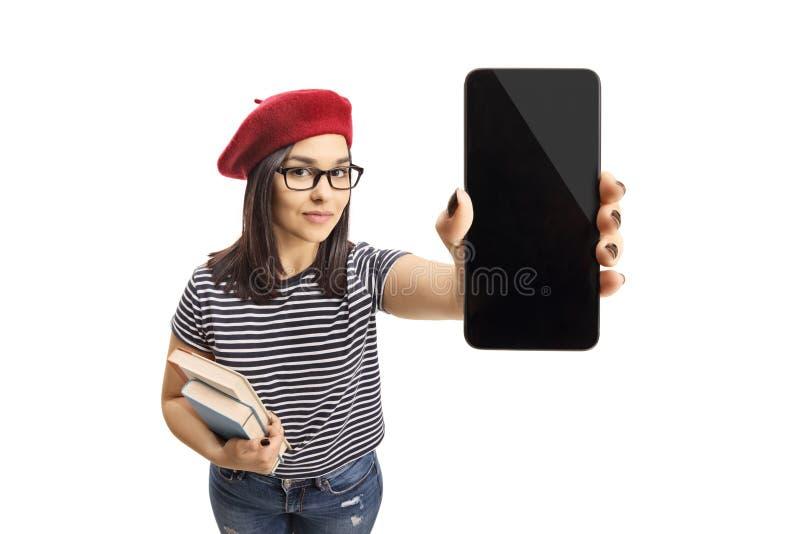 Jonge vrouwelijke holdingsboeken en een smartphone stock foto
