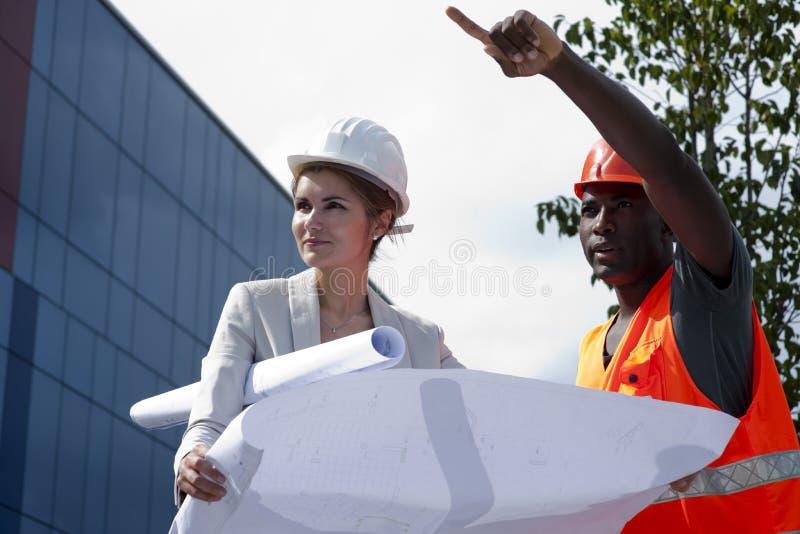 Jonge vrouwelijke ingenieur op bouwwerf royalty-vrije stock foto