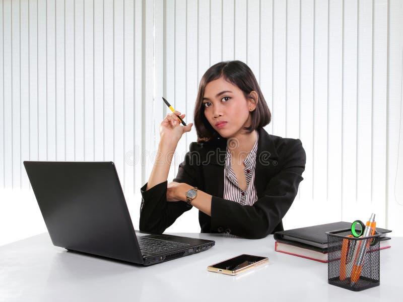 Jonge vrouwelijke manager op het haar werk stock foto