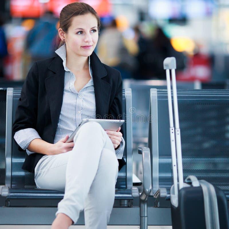 Jonge vrouwelijke passagier bij de luchthaven, royalty-vrije stock afbeeldingen