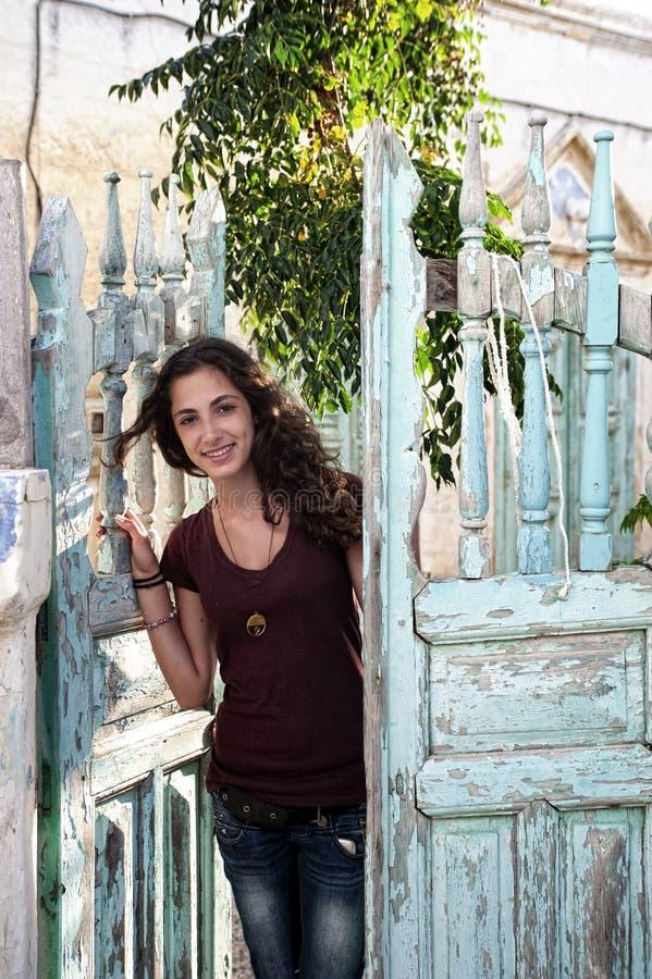 Jonge vrouwelijke status bij een traditionele deuropening royalty-vrije stock foto's