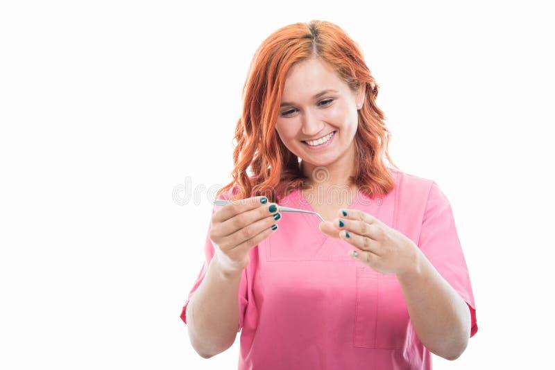 Jonge vrouwelijke stomatologist die medisch instrument gebruiken royalty-vrije stock foto's