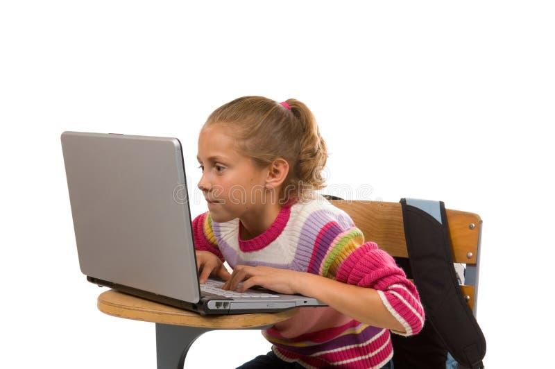 Jonge vrouwelijke student die aan laptop computer werkt royalty-vrije stock fotografie