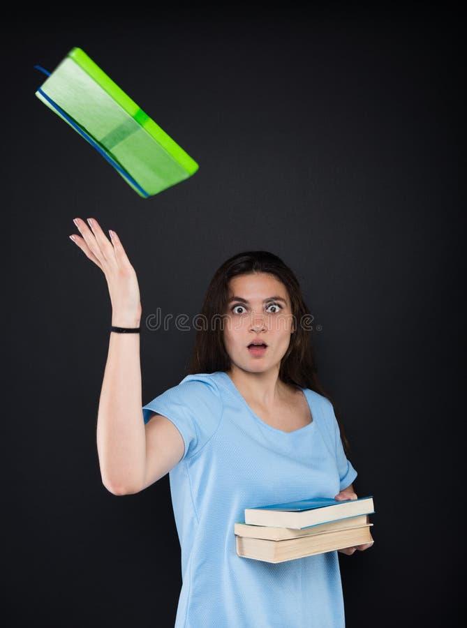 Jonge vrouwelijke student die voor examens voorbereidingen treffen royalty-vrije stock afbeeldingen