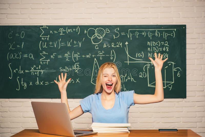 Jonge vrouwelijke student klaar om examen het testen te schrijven Portret van een gelukkige vrouwelijke student die laptop comput stock afbeelding
