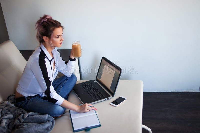 Jonge vrouwelijke student of ondernemer die van huis werken Het verre werk royalty-vrije stock foto's