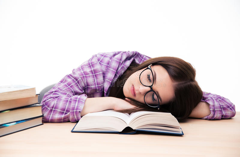 Jonge vrouwelijke studentenslaap op de lijst royalty-vrije stock afbeeldingen