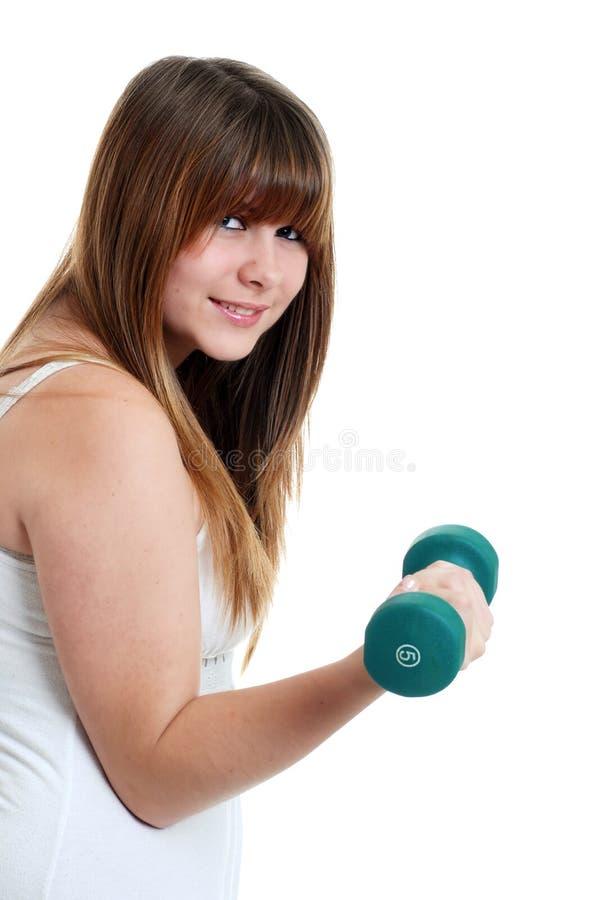 Jonge vrouwelijke tiener die met een vrij gewicht uitwerkt royalty-vrije stock afbeeldingen