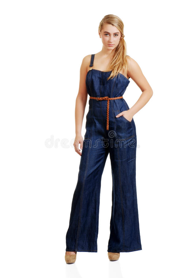 Jonge vrouwelijke tiener in jeans jumpsuit royalty-vrije stock foto