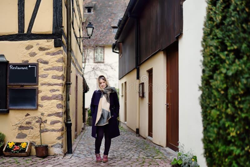 Jonge vrouwelijke toerist die in de historische stad van Colmar de Elzas, Frankrijk lopen stock afbeelding