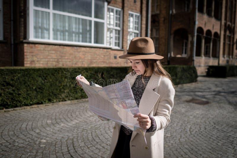 Jonge vrouwelijke toerist die kaart onderzoeken royalty-vrije stock foto